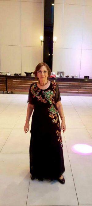 שמלת ערב מבד רשת שיפון על בטנה מסאטן בגזרה A. מעוטרת ברקמה בעבודת יד.
