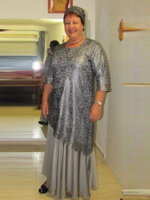 בגדי ערב לדתיות שמלה בגזרה אלכסונית וכובע תואם