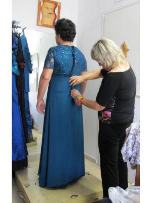 תופרת שמלות ערב